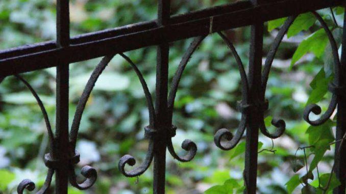 Gartenzaun: Immobilienleerstand bei Steuererklärung nutzen / Foto: © Rüdiger v. Schönfels