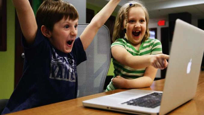 Kinder am Computer: Begrenzte Haftung der Eltern bei illegalem Filesharing / Quelle: Stockata.de